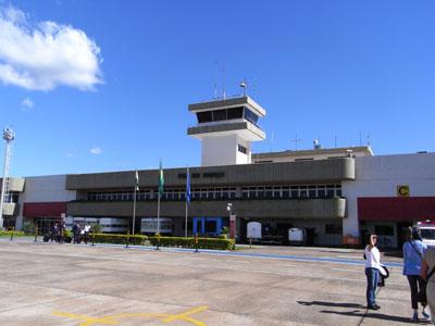 イグアス空港。タラップを降りたところから撮影。