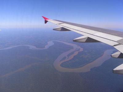 イグアスへ向かう飛行機の窓からの景色。下に蛇行する河(たぶんイグアス河?)